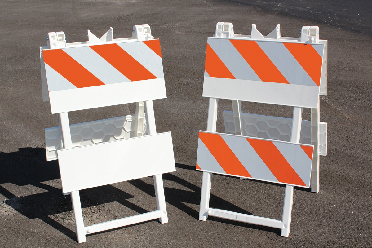 PLASTIC PANEL BARRICADES